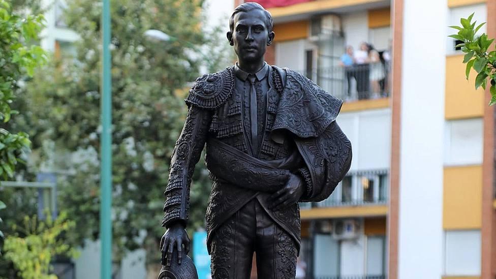 Detalle de la escultura en honor a Joselito El Gallo frente a la Basílica de la Macarena