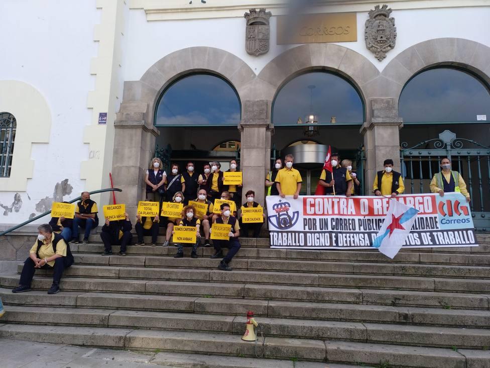 Concentración ante la oficina de Correos de Ferrol, en la plaza de Galicia - FOTO: Cedida
