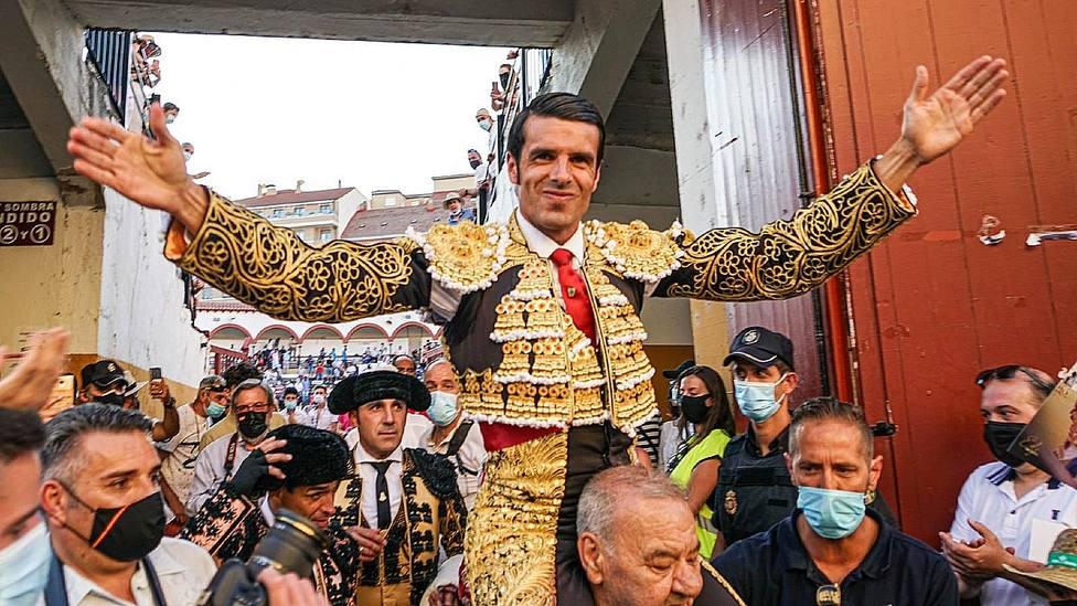 Emilio de Justo en su salida a hombros este sábado en la plaza de Soria