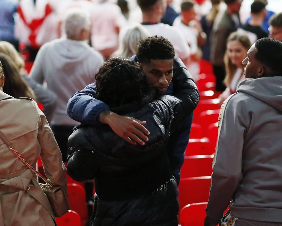 Marcus Rashford y su madre tras la final de la Eurocopa
