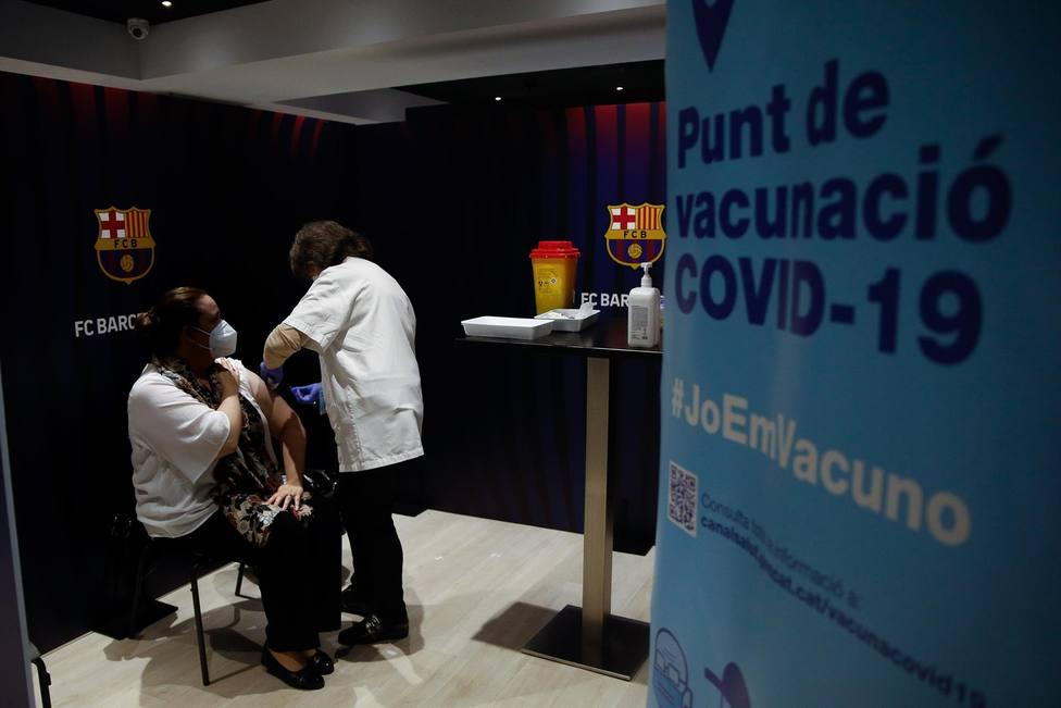 Una mujer recibe la primera dosis de la vacuna de Pfizer contra el Covid-19 en el Camp Nou de Barcelona