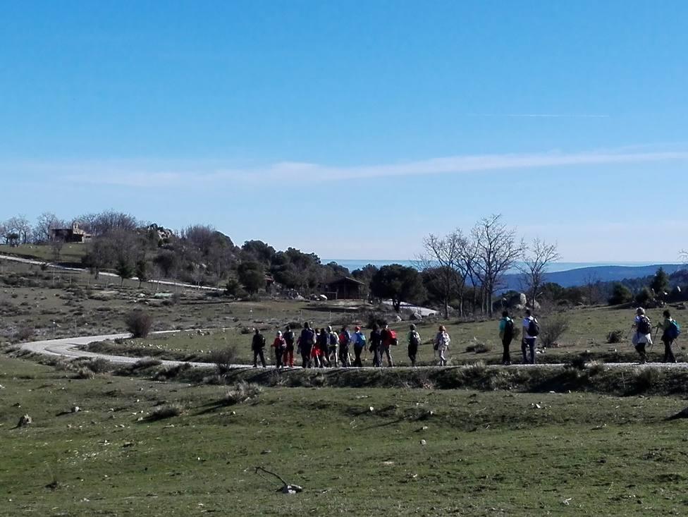 Senderistas en la Dehesa de la Golondrina en Navacerrada