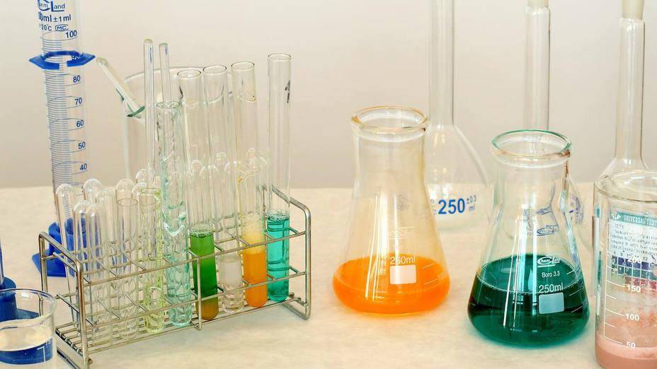 Laboratorio con sustancias químicas