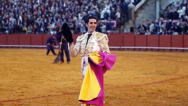 Alejandro Talavante con la oreja conquistada este viernes en la Real Maestranza de Sevilla
