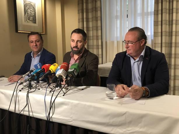 Abascal, Morales y Pozo Pitel (VOX) en un hotel en Mérida. Foto: COPE