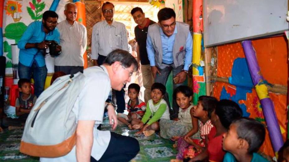 El Cardenal Luis Antonio Tagle habla con los refugiados que atiende Cáritas Bangladesh