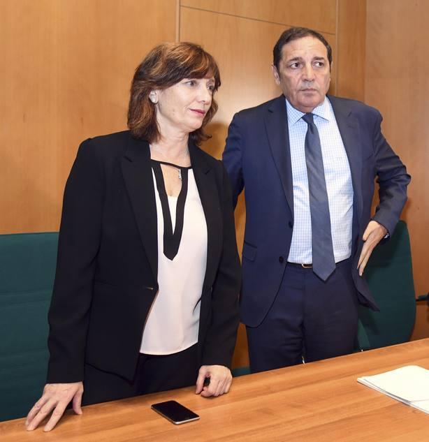 La gerente de Atención Primaria de Burgos junto al consejero de Sanidad.
