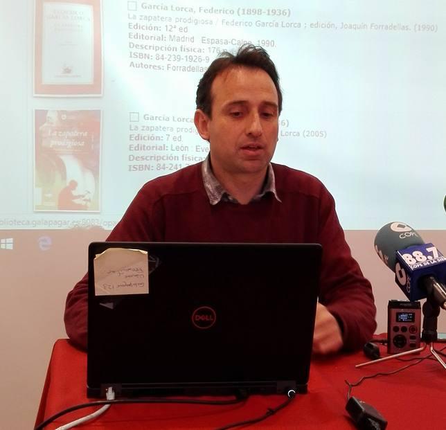 El bibliotecario Pablo Parra explica cómo funciona el servicio online