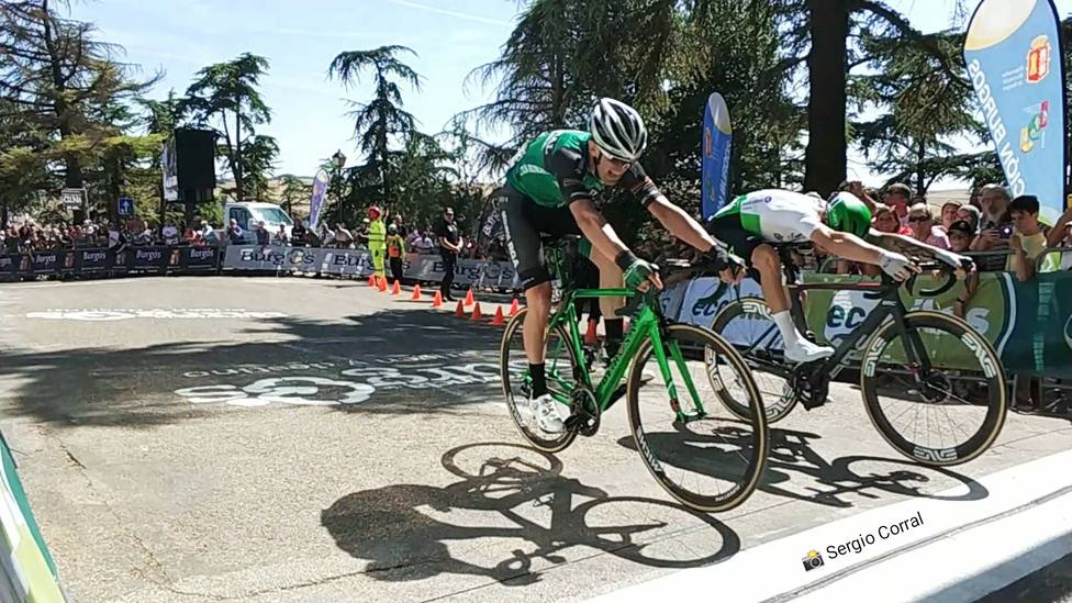 Llegada de los dos ciclistas a la línea de meta