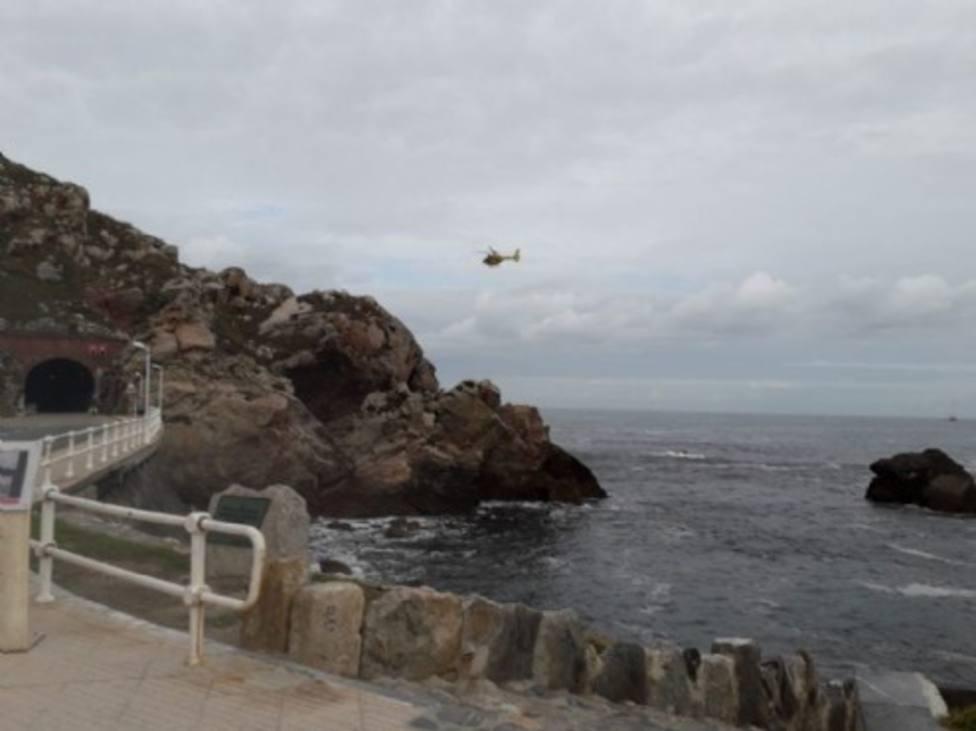 El helicoptero de bomberos rastreando el lugar