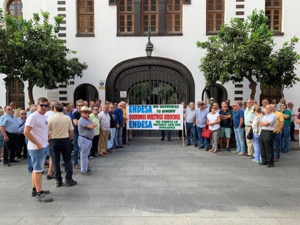 Extrabajadores y jubilados se concentran ante Endesa pidiendo que no eliminen la tarifa de empleado