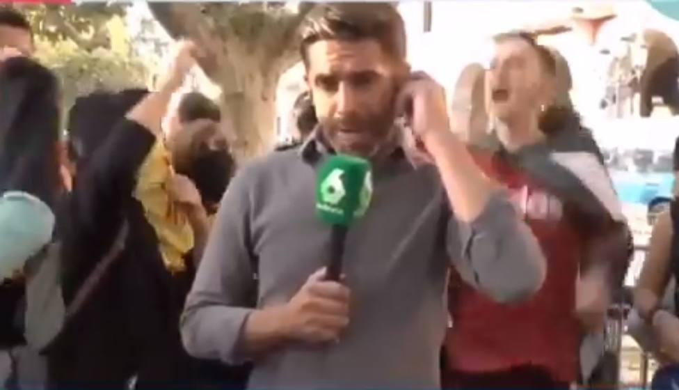 La pillada a un periodista de laSexta arengando a los CDR durante una conexión en la Diada