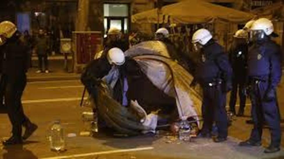 Agentes de la Guardia Urbana desalojan a los acampados en la Plaza Universidad en Barcelona