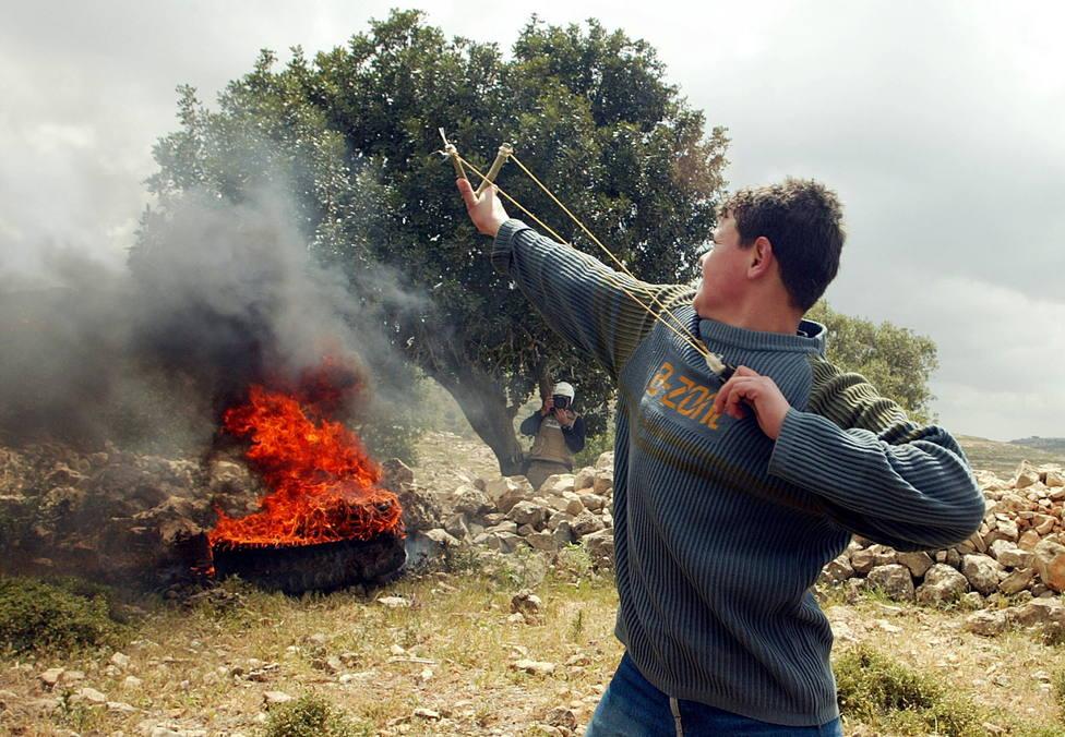 Un joven palestino se enfreta al ejército de Israel