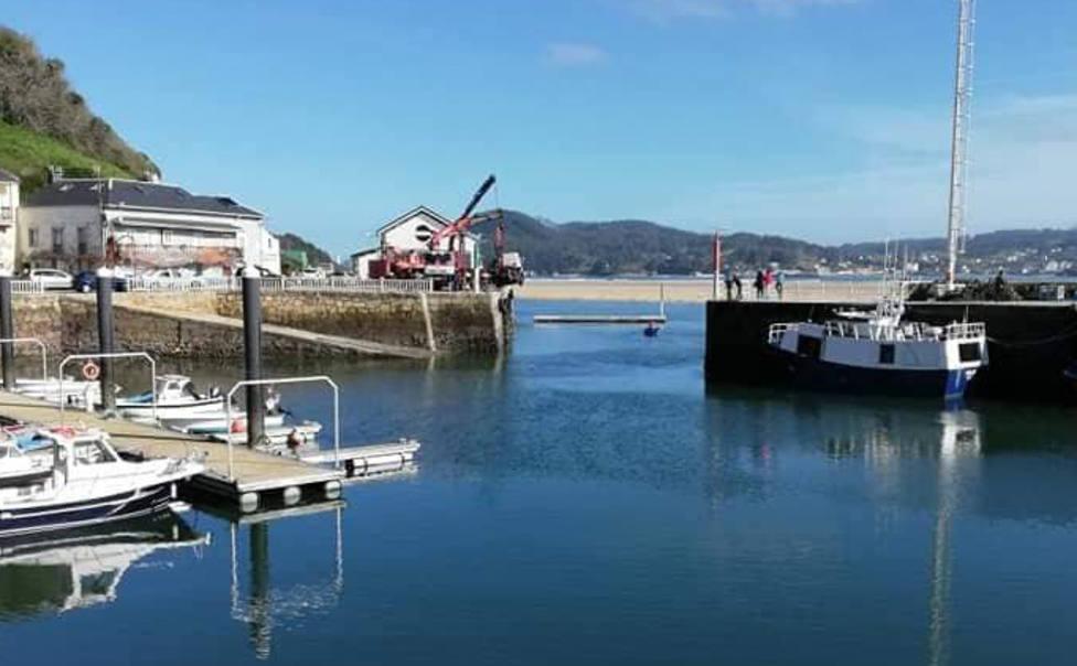 En el cento de la imagen aparece el camión izado en O Barqueiro - FOTO: Tráfico Ferrolterra