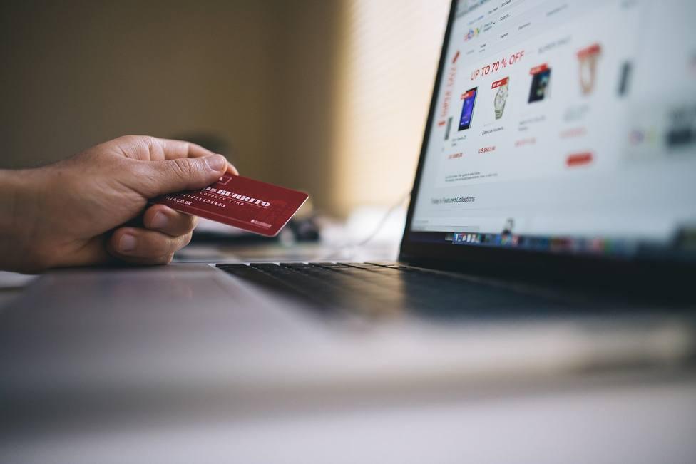 Los errores más comunes que cometes al comprar online y que podrían dejar tu cuenta bancaria en números rojos