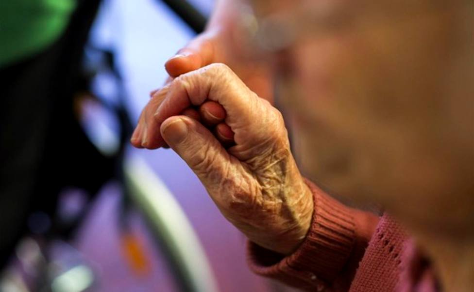 Residencias de mayores de Asturias: anciano sujeta un bastón
