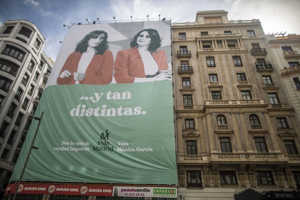 Mónica García (Más Madrid) se compara con Ayuso desplegando una lona gigante en Gran Vía