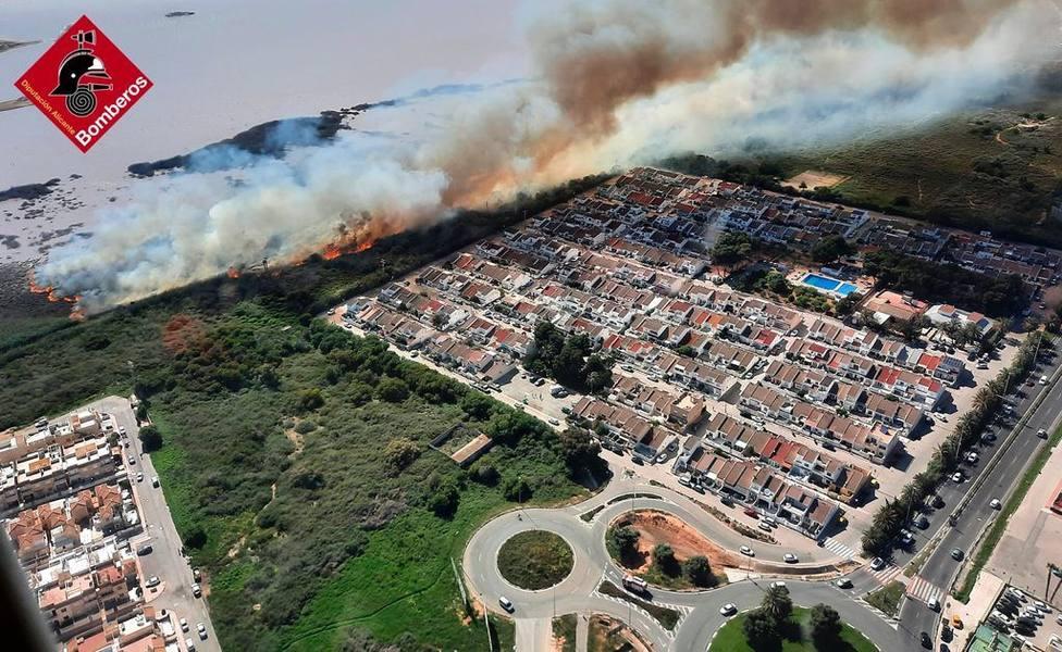 Los bomberos dan por controlado el incendio forestal en Torrevieja