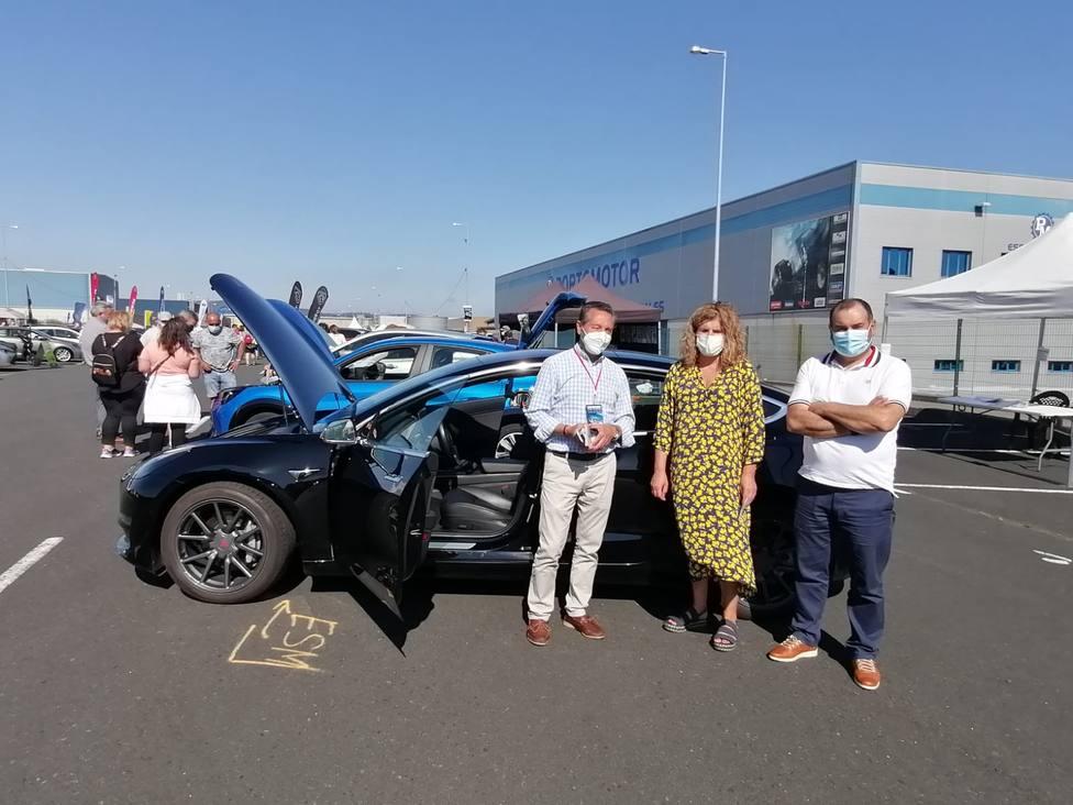 Jorge Rego, de Electric Sun Mobility, con Ferreiro y el concejal José Oreona - FOTO: Concello de Narón