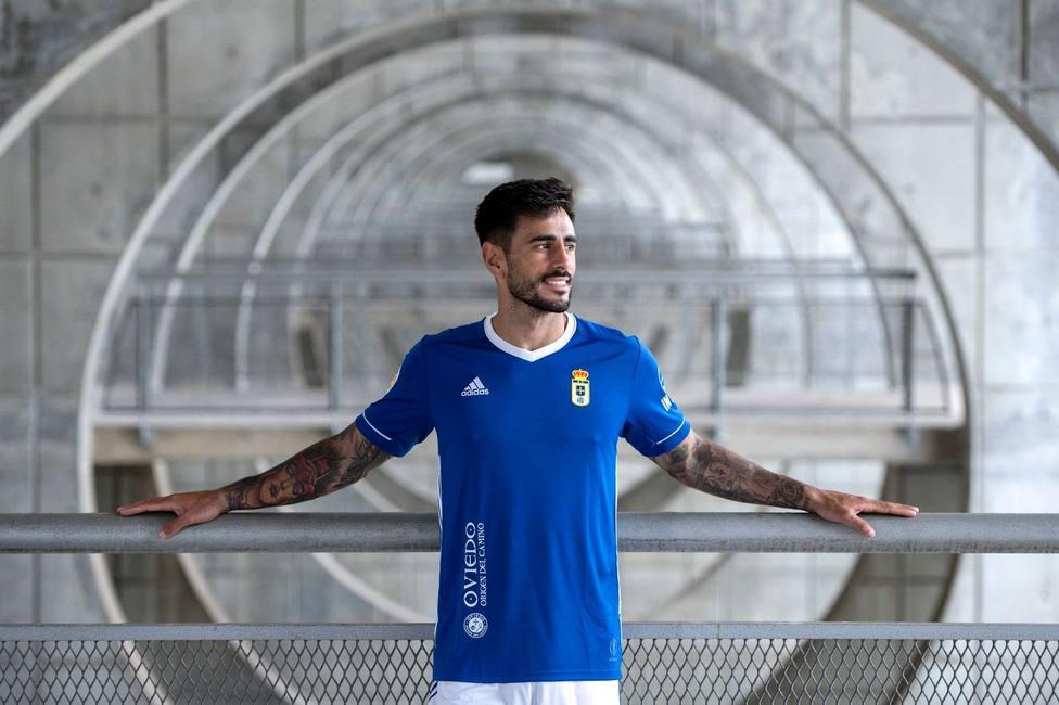 David Costas posa con la nueva camiseta