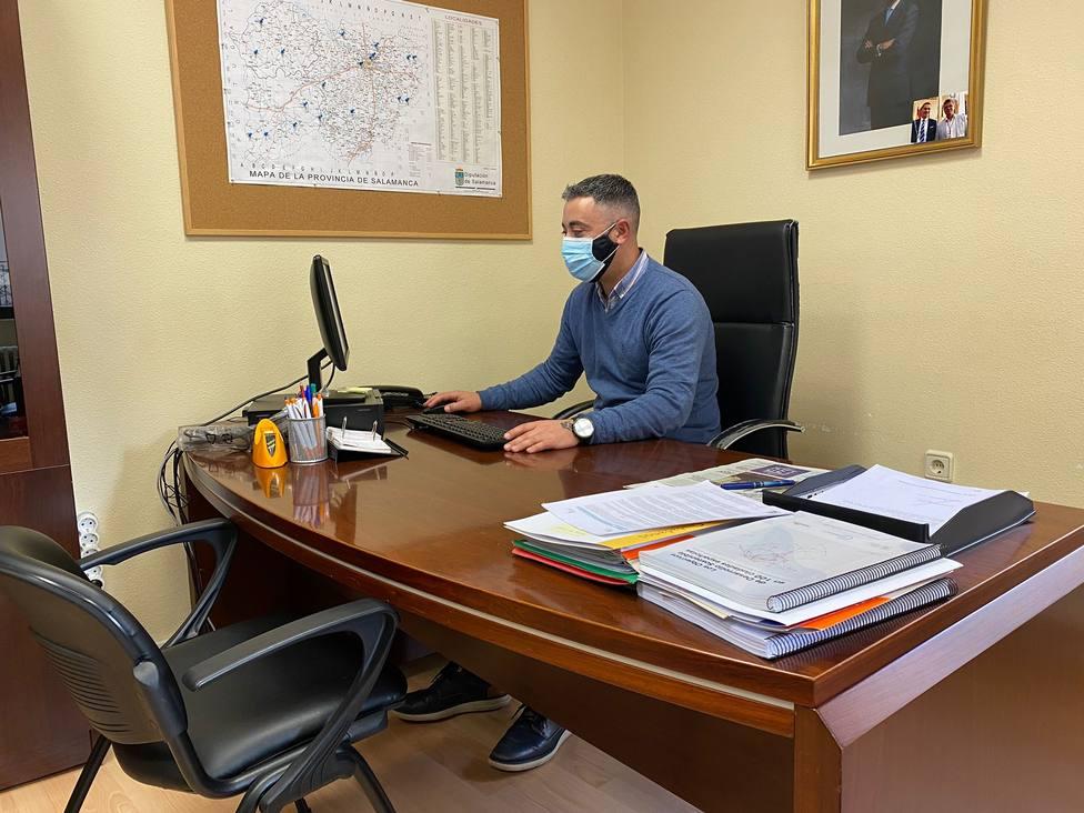 El concejal de Ciudadanos Luis Óscar Bueno en su despacho del ayuntamiento de Cabrerizos