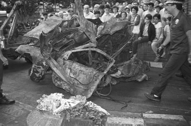 El coche bomba con el que ETA mató a 21 personas en el Hipercor de Barcelona. EFE