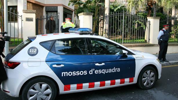 Un vehículo de los Mossos dEsquadra junto a la vivienda de Tarragona
