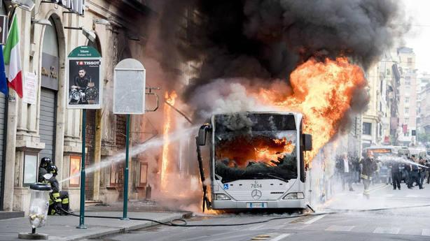 Un autobús se prende fuego en el centro de Roma