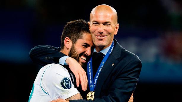 Isco y Zidane se abrazan la consecución de la 13ª Copa de Europa del Real  Madrid 9fa7252f96201