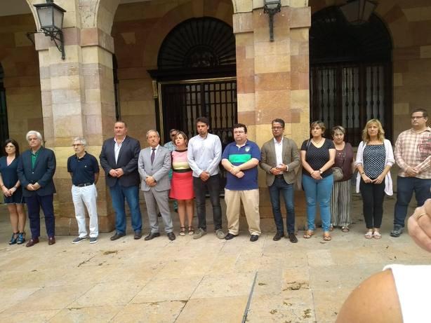 Los ayuntamientos asturianos guardan un minuto de silencio por Javier Ardines