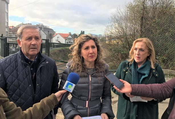 José Tome, Martina Aneiros y Fernanda Losada en la zona de la pasarela peatonal del Santa Mariña