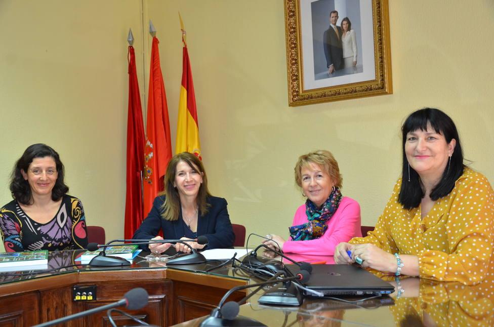 Carmen María Pérez del Molino y Rosa Salazar (en el centro) renuevan el convenio
