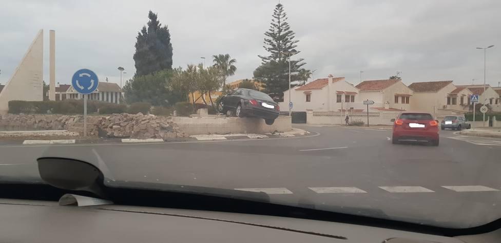 El coche se ha quedado encima de la rotonda