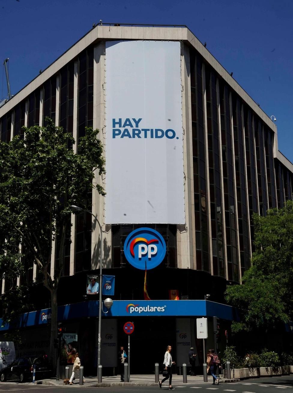 El PP cuelga en su sede el cartel Hay partido para apelar a la remontada en los comicios de mayo