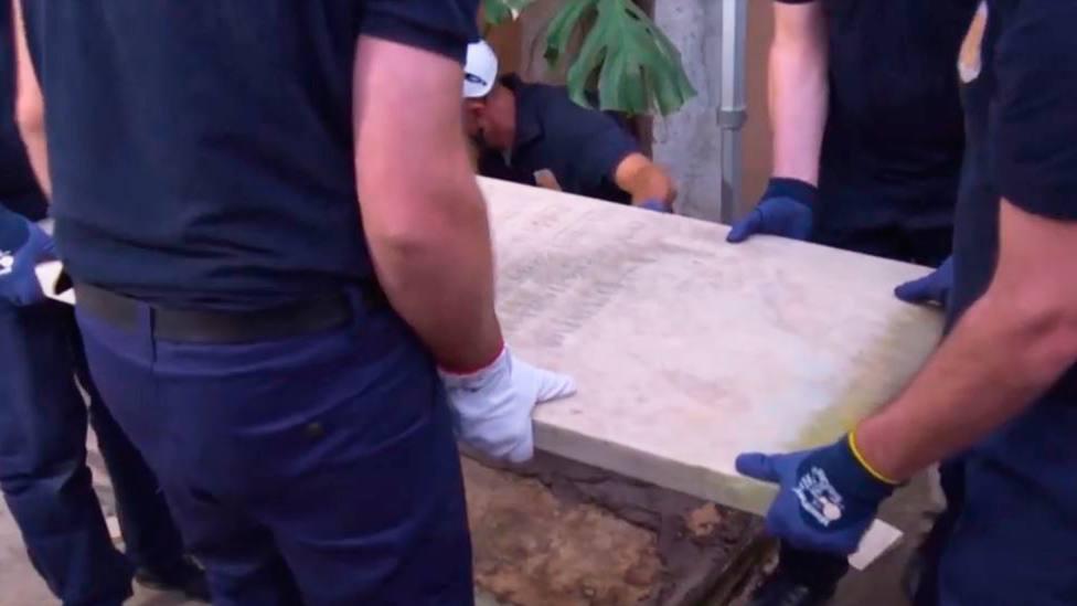 Los operarios abren una de las dos tumbas en las que se buscaban restos de Emanuela Orlandi