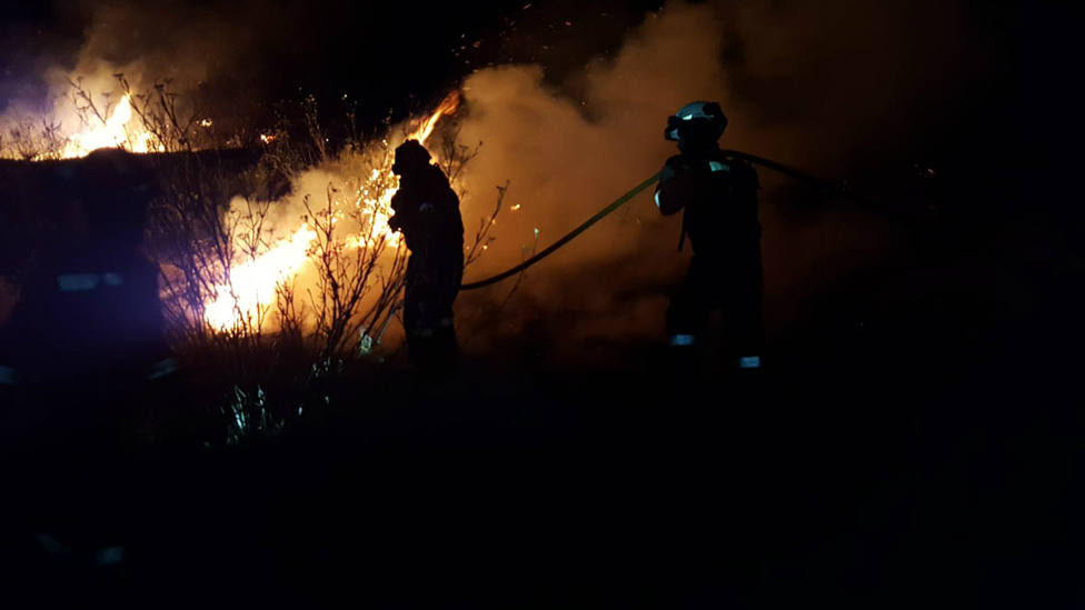 La UME trabajando en labores de extinción del incendio de Gran Canaria durante la noche