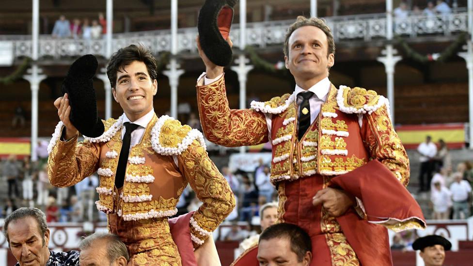 Álvaro Lorenzo y Antonio Ferrera en su salida a hombros de Gijón