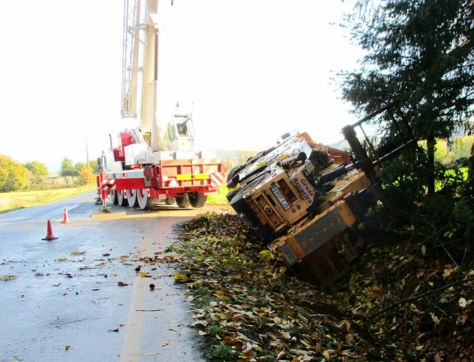 El camión grúa quedó volcado sobre la cuneta