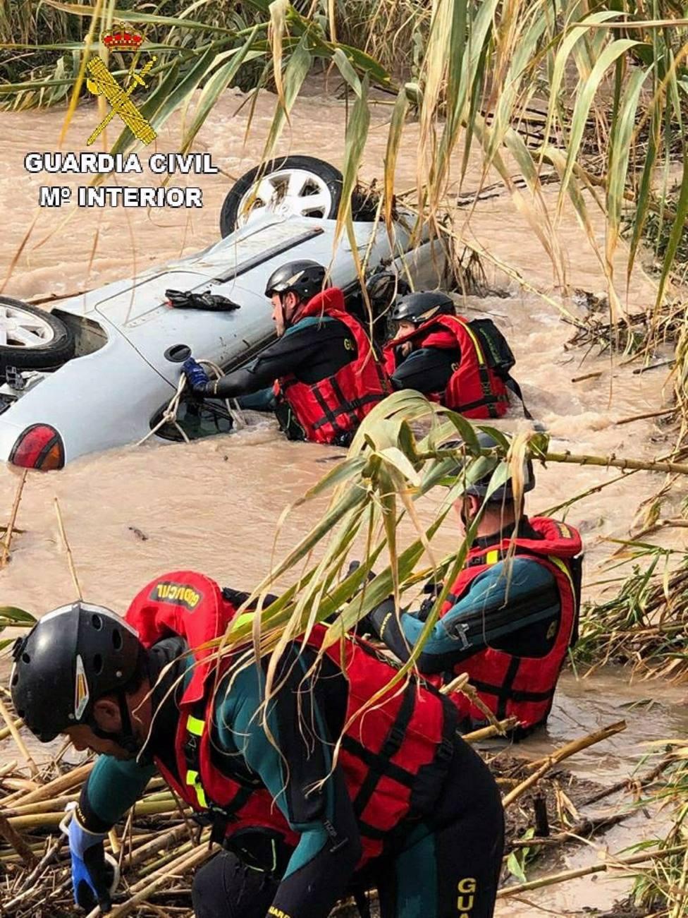 Imagen cedida por la Guardia Civil del hallazgo del coche del vecino de Polop de la Marina (EFE)