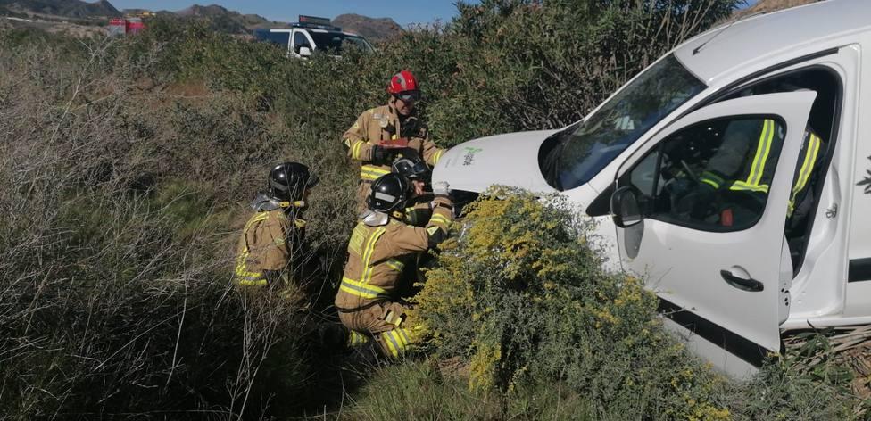 Resscatan y trasladan al hospital al conductor de un vehículo accidentado en Lorca