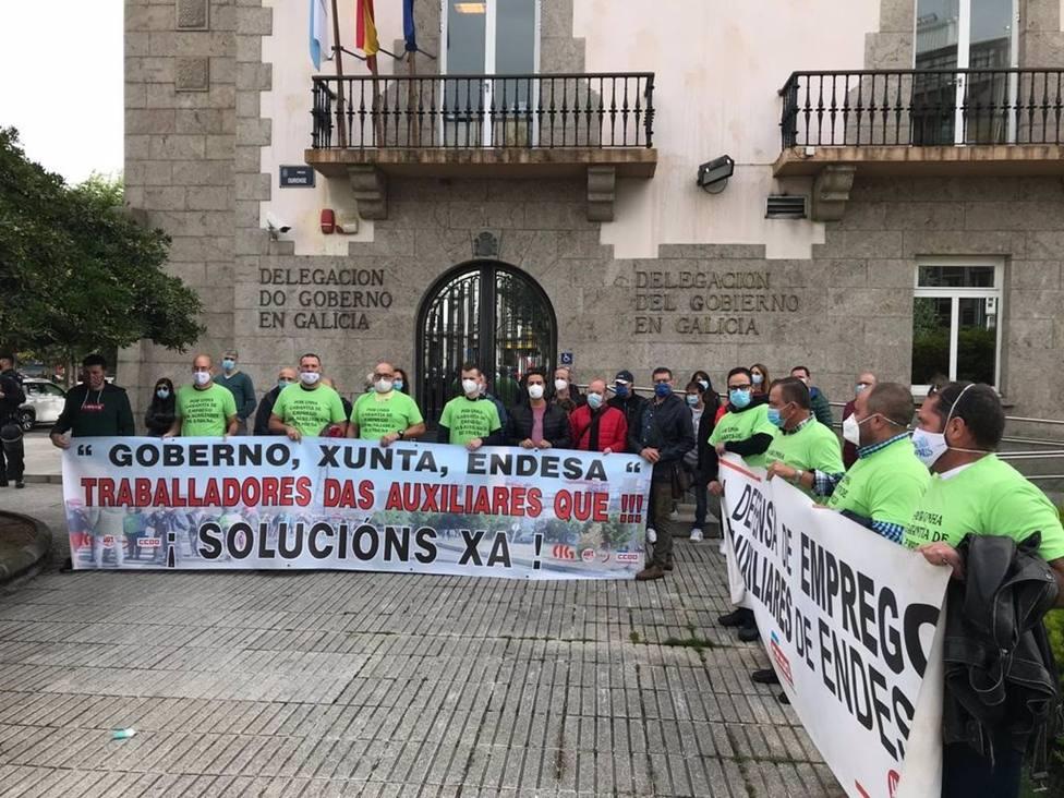 Empleados de auxiliares de Endesa en As Pontes se movilizan ante la Delegación del Gobierno - FOTO: CIG