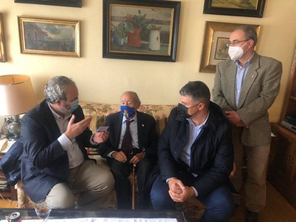 Los dirigentes del Real Oviedo entregan el carné al abonado número 1