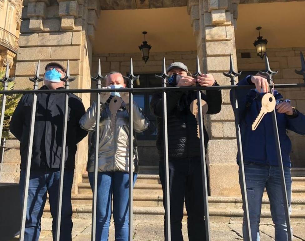 Varios hosteleros ribadenses colgaron las llaves de sus negocios delante de la Casa Consistorial