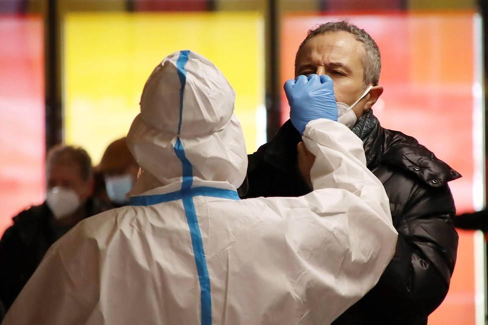 Foto de archivo de un sanitario haciendo una prueba PCR - FOTO: EFE / J. Casares