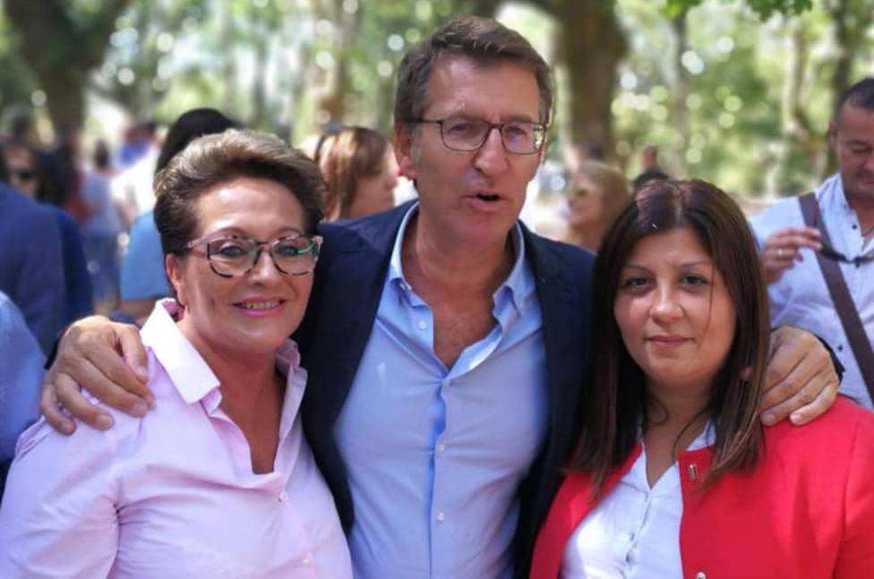 Vanessa Bouzamayor, a la derecha, con Feijóo y otra concejala de Narón, Estrella Castrillón - FOTO: Cedida