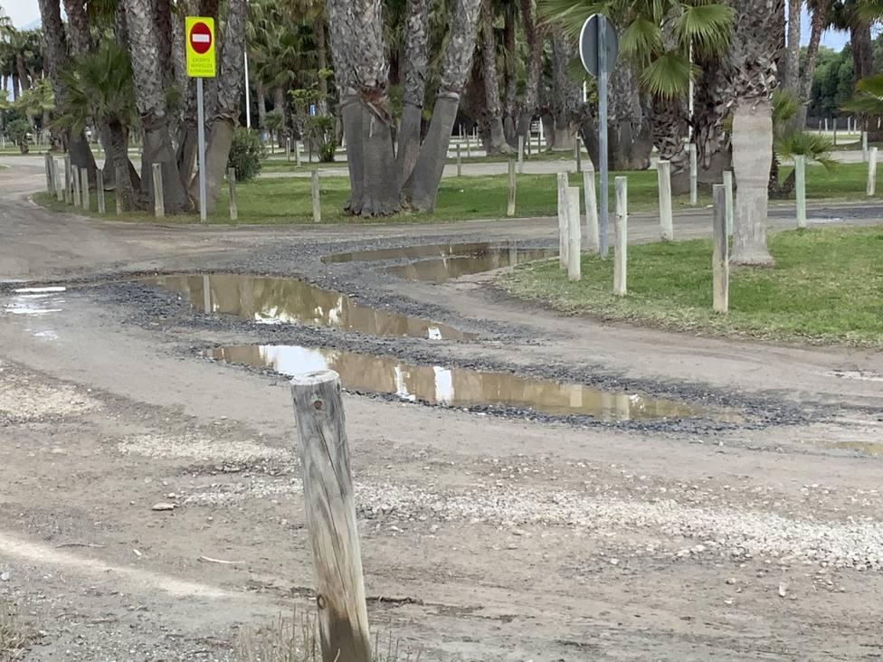 El PSOE de Motril pide que se arregle el camino de acceso a Playa Granada y que eliminen hierbas por la ciudad