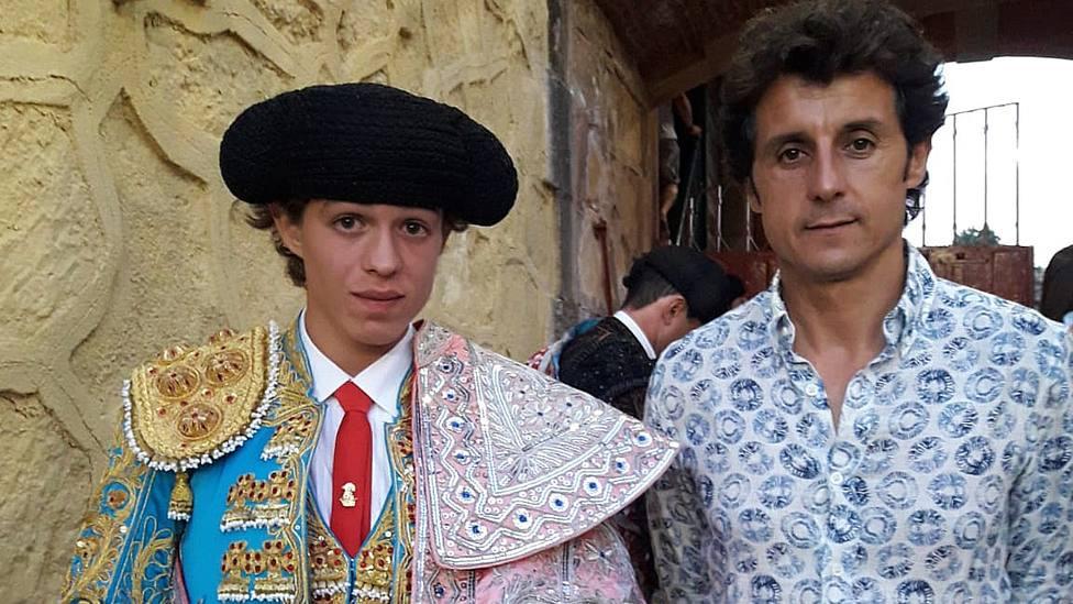 El novillero Jorge Martínez junto a su nuevo apoderado, el diestro Ruiz Manuel