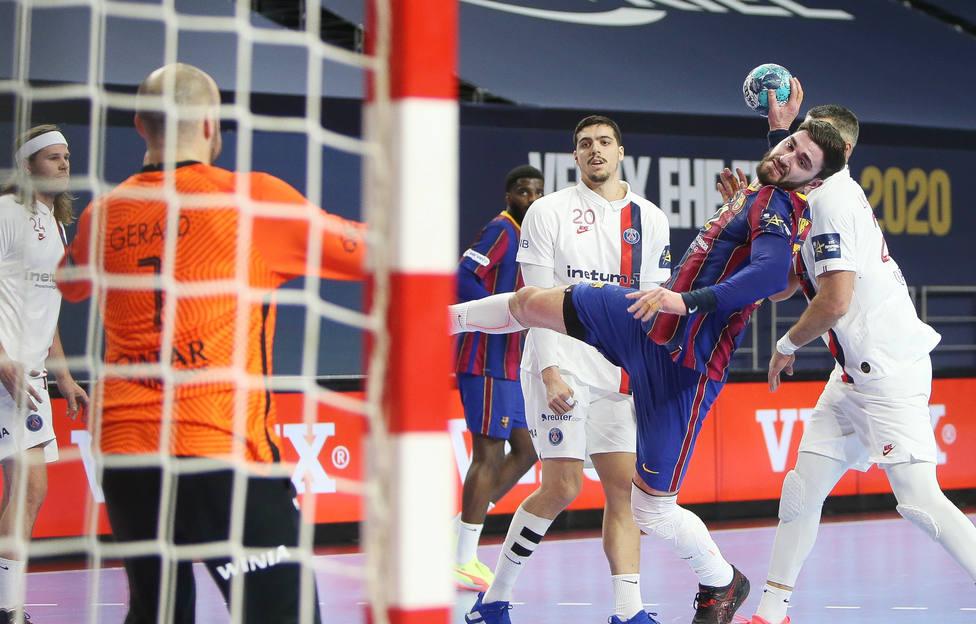 Fábregas durante un partido con el Barça frente al PSG (Europa Press)