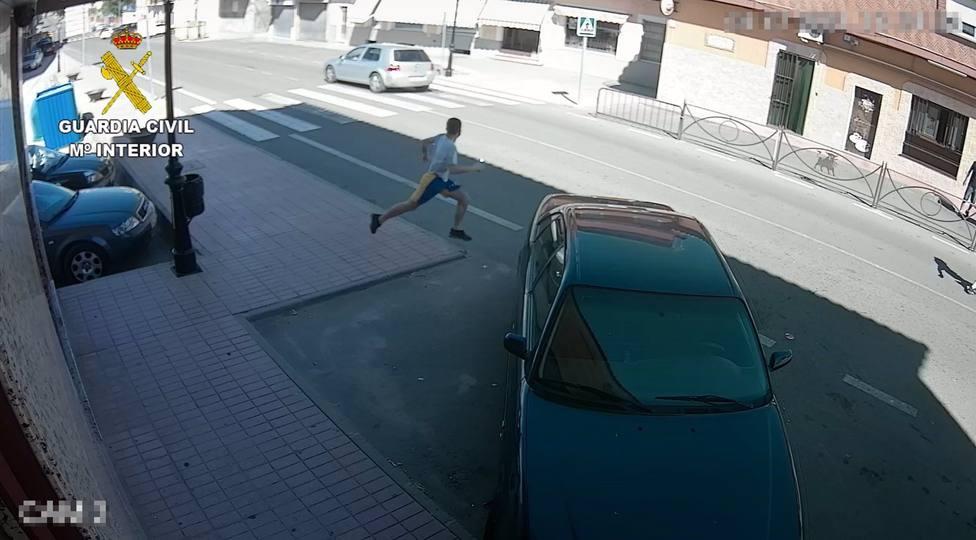 Uno de los presuntos autores de robos en viviendas de la comarca de Torrijos huyendo